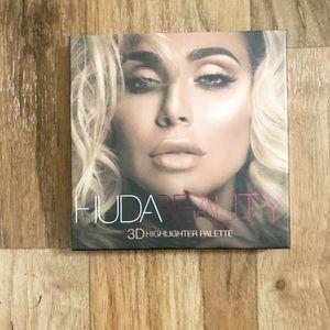 Huda Beauty 3-D Highlighter Palette in Pink Sands